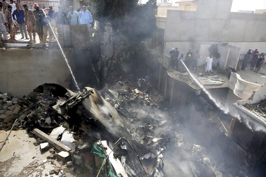 一架巴基斯坦國營國際航空客機22日在喀拉蚩(照片來源:美聯社提供)