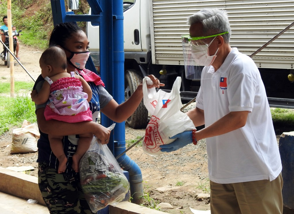 Taiwanese representative in the Philippines Michael Hsu (right) donating food in Rizal Province