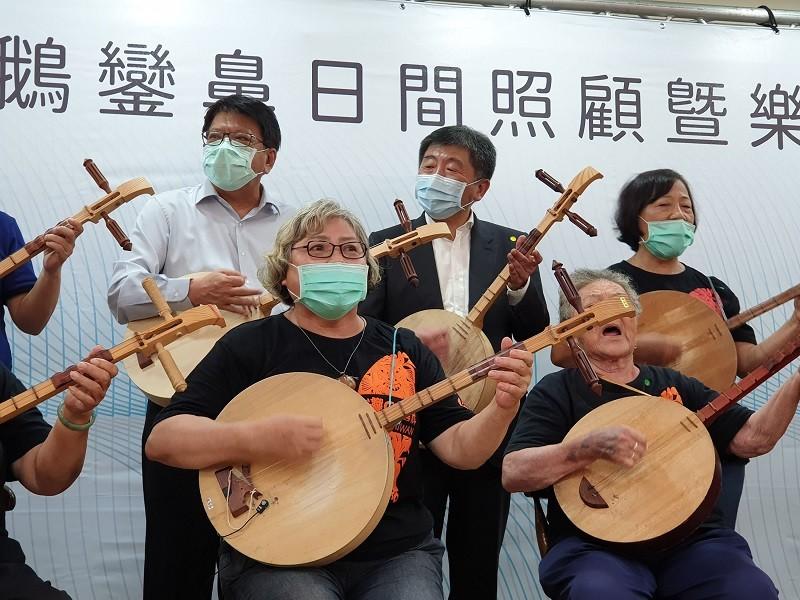 指揮官陳時中(後右2)率團到屏東示範兩天一夜樂活旅遊,24日首站行程是台灣最南端的鵝鑾鼻日間照顧中心,他與長者一起吟唱古調。中央社