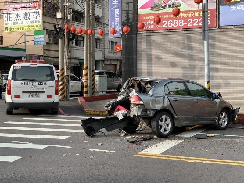 圖為其中一輛自小客車車尾, 因撞擊嚴重毀損。旁邊還停了一輛救護車(民眾提供)中央社