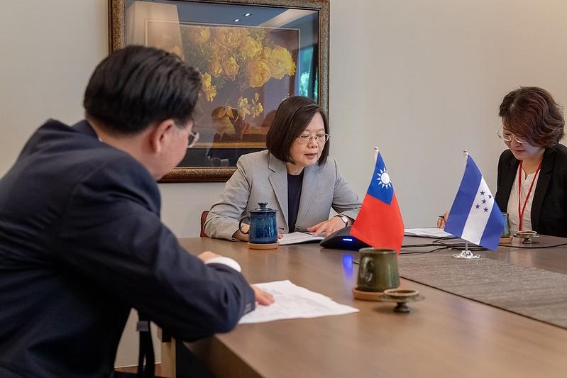 Foreign Minister JosephWu (Left) and President Tsai Ing-wen. (Presidential Office photo)
