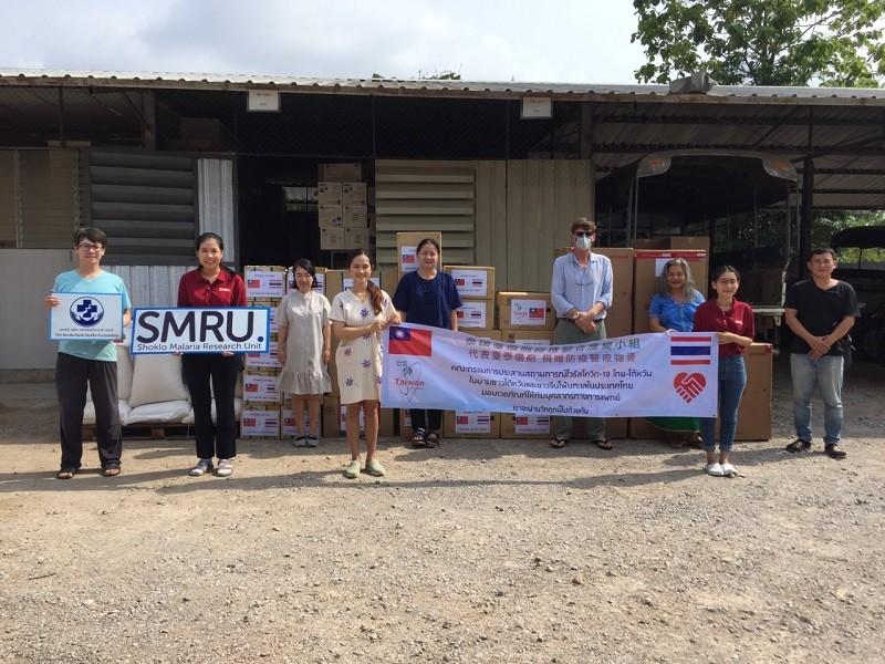 (說明:泰國臺僑胞聯合應變小組向非政府組織捐贈物資。(翻攝自外交部網站))