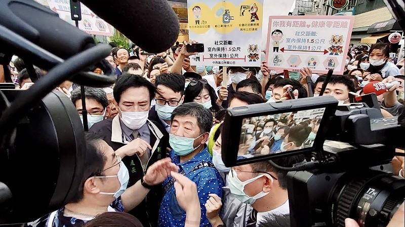台南國華街商圈擠爆, 陳時中(藍襯衫者) 等人只好更改行程,提早離開 (中央社)
