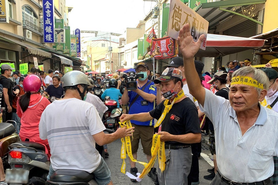 Anti-Han protesters handing out yellow ribbons during the parade on Saturday.