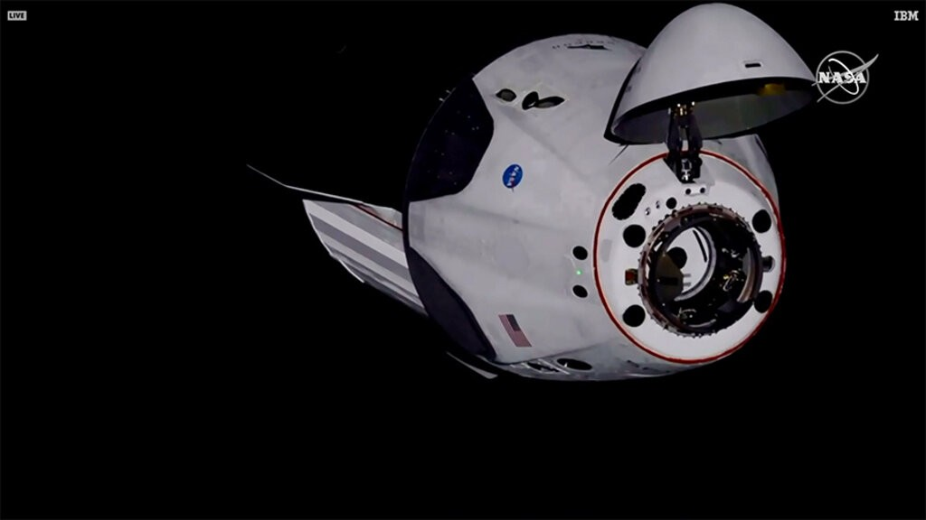 SpaceX 「飛龍號」在31日成功停靠國際太空站(照片來源:美聯社/NASA提供)