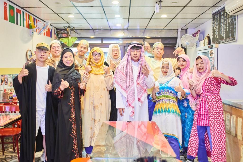 閃淑娟(前排左2)與家人打造穆斯林文化小學堂(翻攝自築夢計畫臉書)