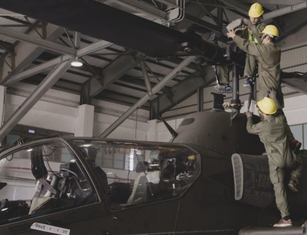 Army repairmen inspect a SuperCobra helicopter's main rotor (Military News Agency photo)