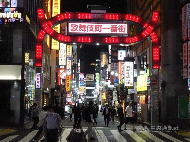 圖為東京夜間鬧區: 新宿歌舞伎町。中央社