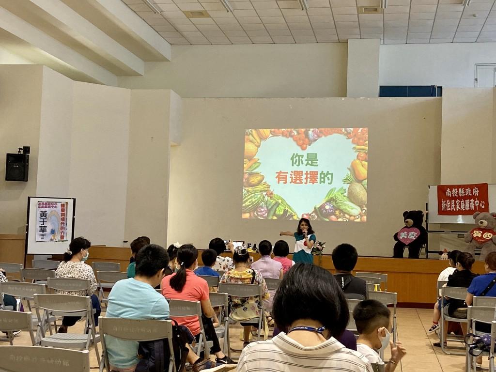黃講師于華向新住民朋友分享「轉變與提升的力量」系列成長課程