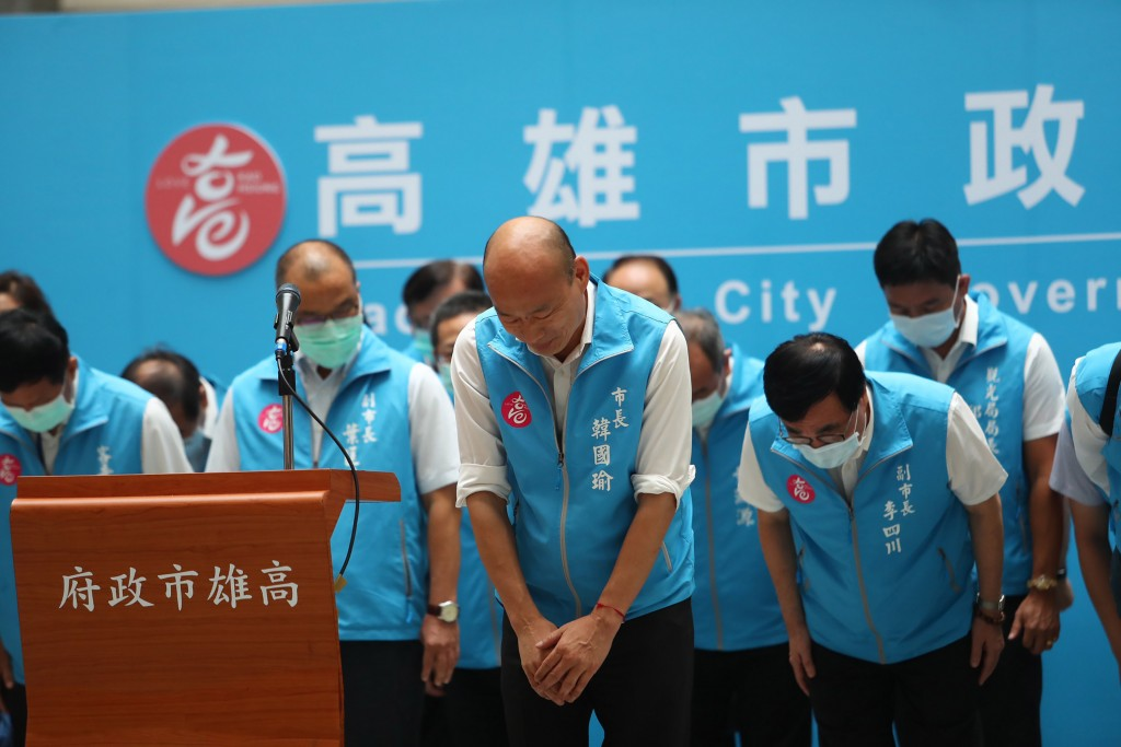 Ex-Kaohsiung Mayor Han Kuo-yu (center) bows in defeat.