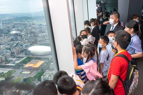 Health minister visits Taipei 101 as Taiwan's restrictions on gatherings lift
