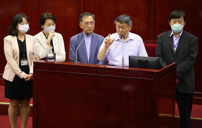 圖為台北市長柯文哲(右2 )、副市長黃珊珊(左2)等人,5日出席台北市議會市政總質詢。中央社