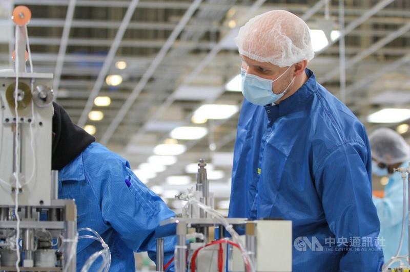 圖為今年4月鴻海在美國威斯康辛州廠區組裝口罩,提供醫療藥劑、執法和照護等專業人員使用抗疫。(鴻海提供)中央社