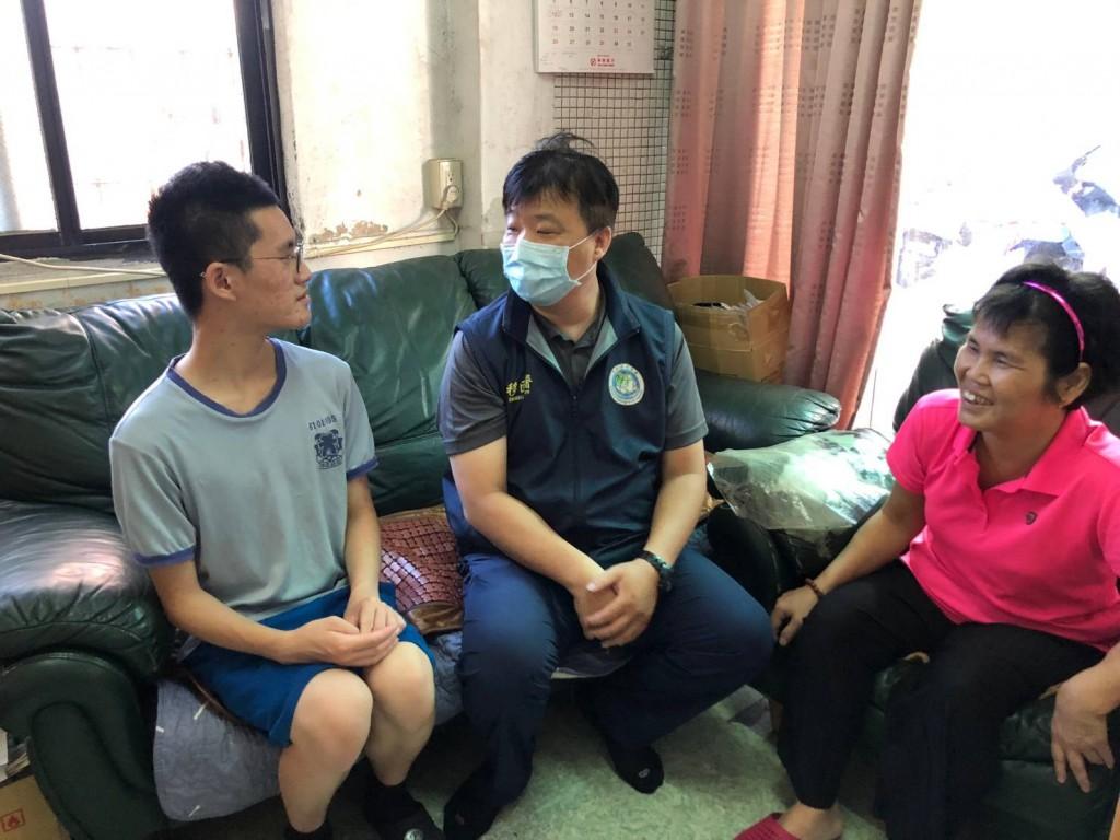 高雄市第一服務站至欽輝家中訪視,並關懷陸籍母親鄭女士在臺生活情形(移民署高一站提供