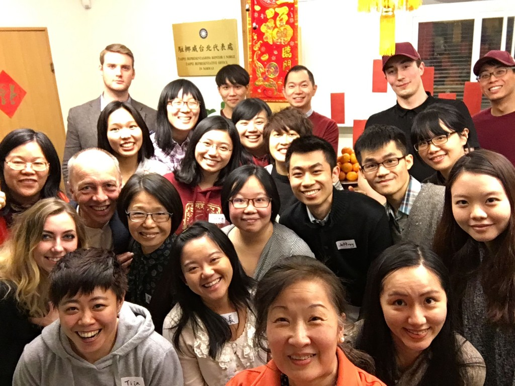 Norwegian students celebrate Lunar New Year with Taiwanese students. (CNA photo)