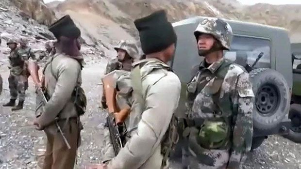 Indian and Chinese troops facing off at border. (Weibo image)