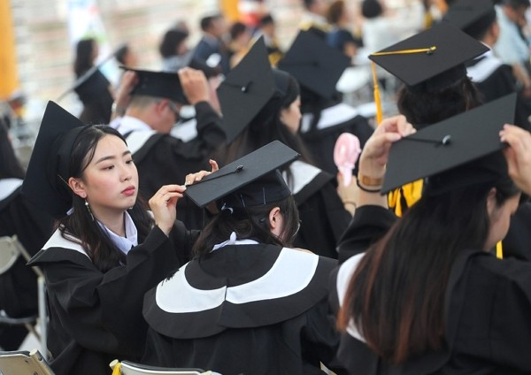 Taiwan's graduates face the challenge of a low job acceptance rate.