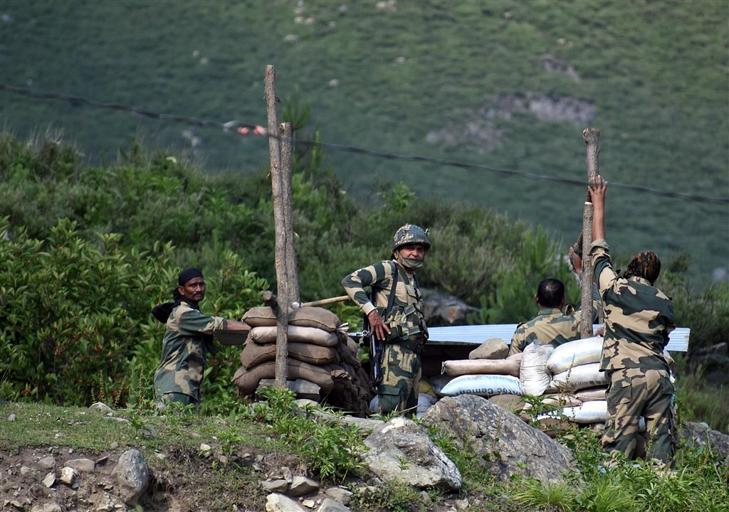 2020年6月16日,中印在加萬谷爆發衝突,印度官員說,中國部隊的指揮官和副指揮官都陣亡。中國承認人民解放軍在衝突中有傷亡,但迴避細節提問...