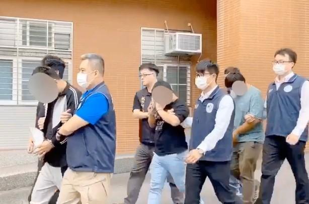 拘提幕後主嫌到案並解送至桃園地檢署。(移民署國境事務大隊提供)