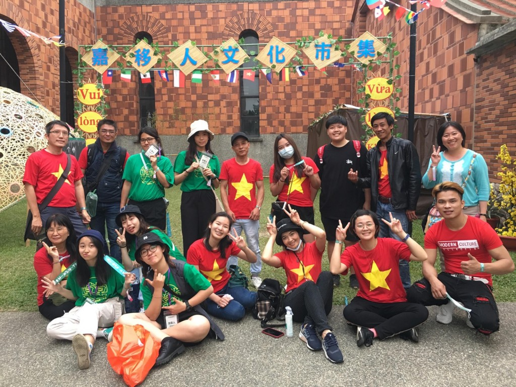 阮金紅(前排圖右3)透過推廣舉辦文化市集,促進越南與臺灣的文化交流(阮金紅提供)