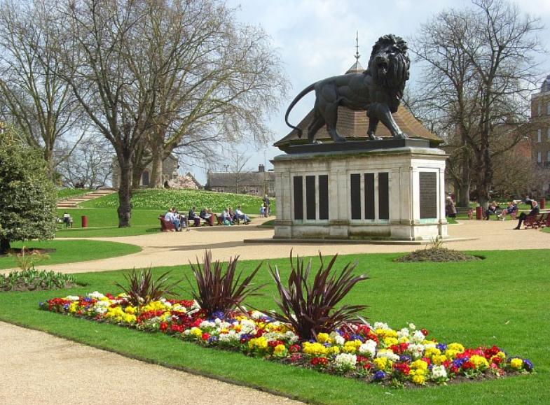 英格蘭東南部城鎮瑞丁一處公園20日晚發生揮刀攻擊事件,造成3人死亡、3人重傷(圖/維基百科)