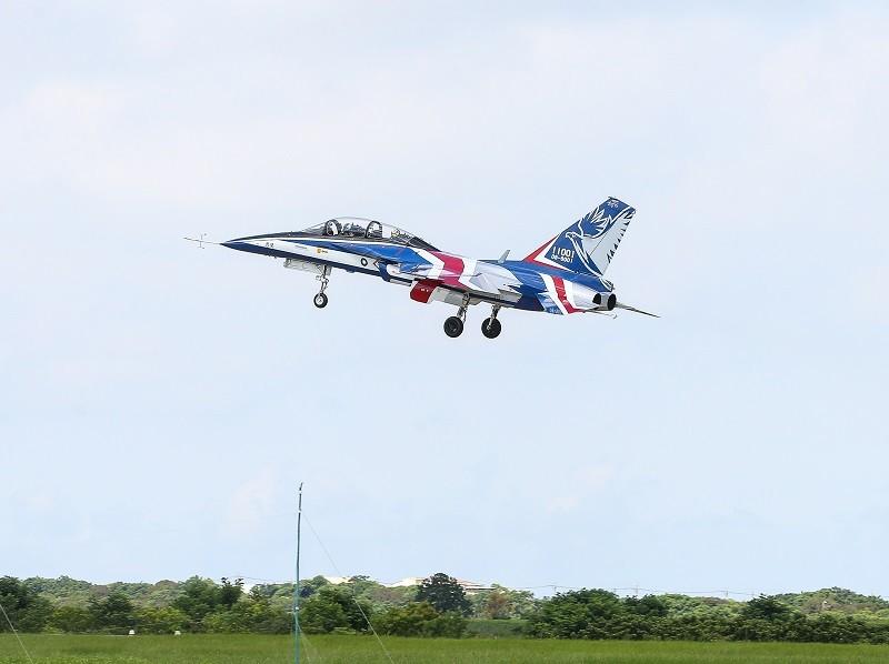 首架勇鷹新式高教機22日上午9時20分在台中清泉崗機場正式首飛,以紅白藍的飛機塗裝亮相。 中央社