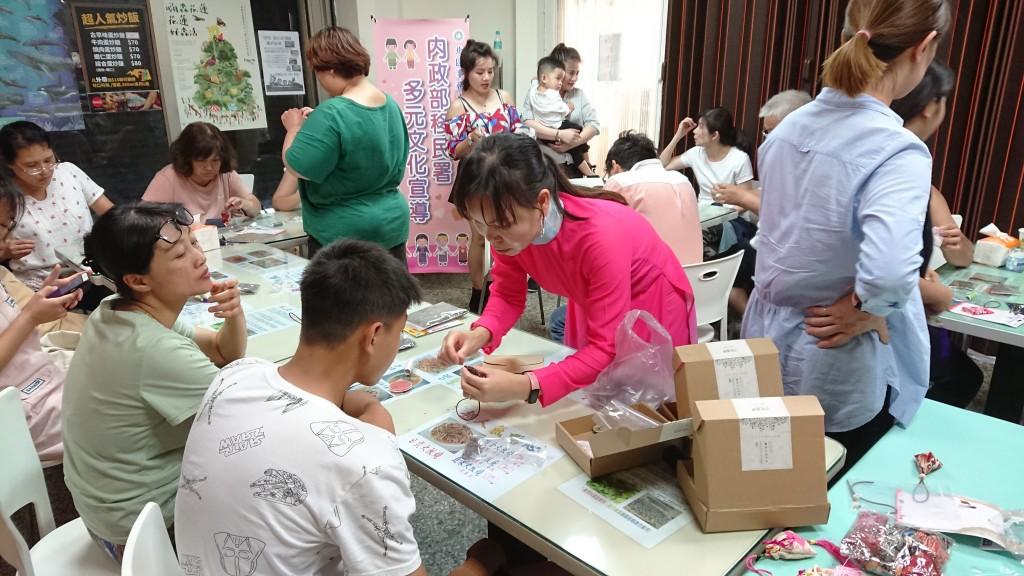 說明:花蓮「越南文化親子體驗營」拉近新住民與子女間的距離(移民署花蓮縣服務站提供)
