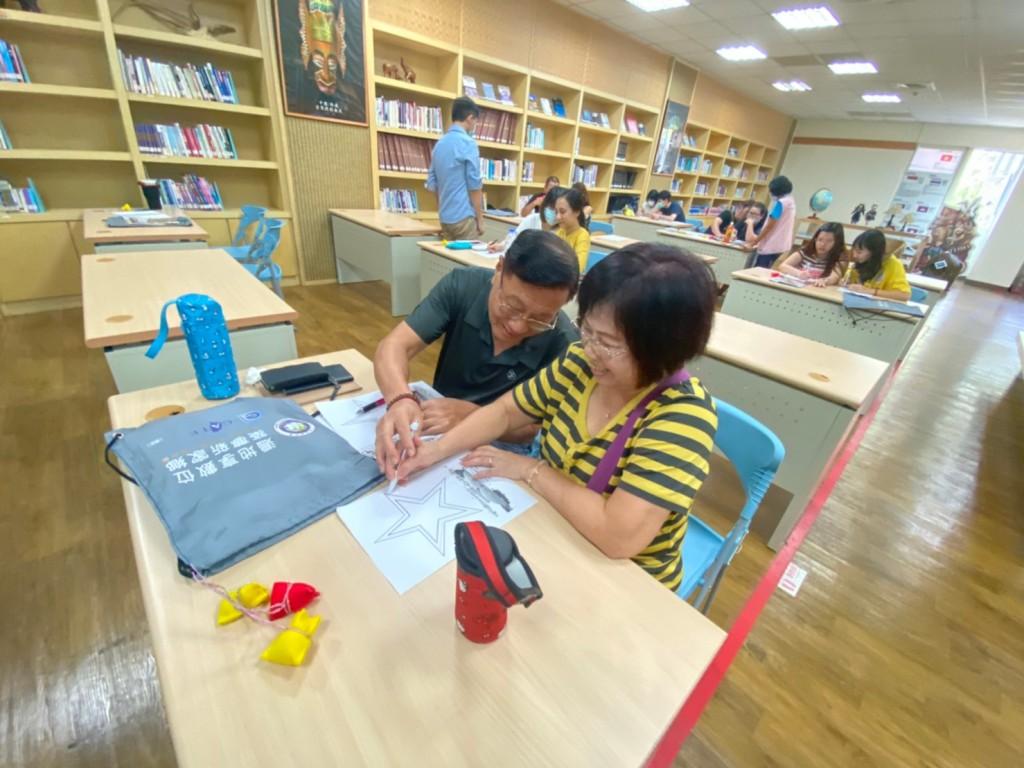 說明:透過夫妻合作完成小遊戲,增加彼此間的互動。(南區事務大隊高雄市第二服務站提供)