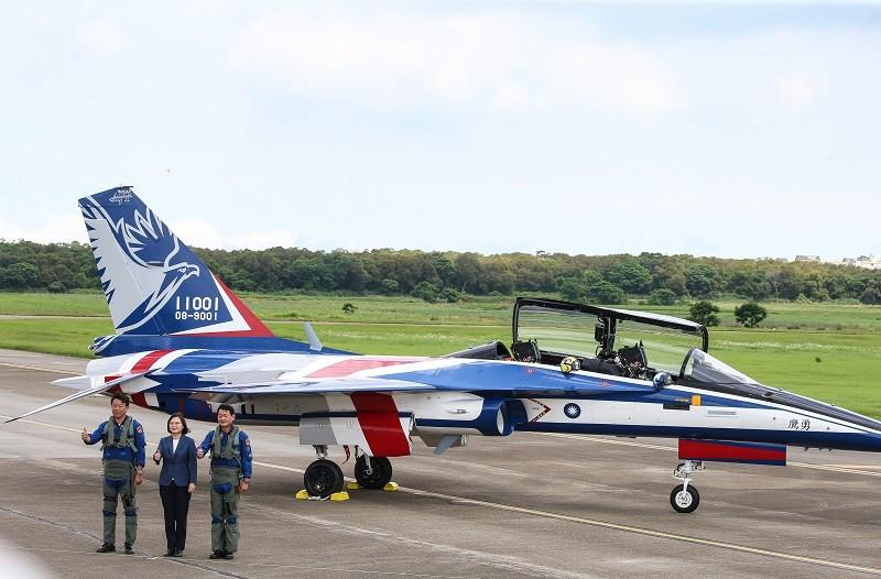 首架勇鷹新式高教機22日上午在台中清泉崗機場正式首 飛後,總統蔡英文(中)和2名飛行員合影留念。 中央社
