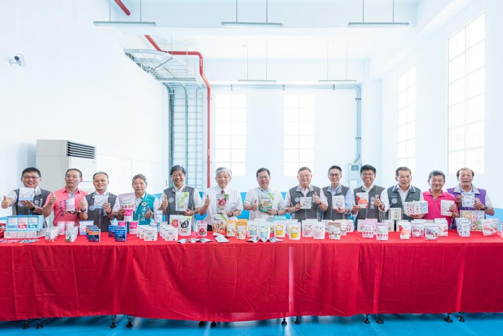 桃園市長鄭文燦率領團隊至義美食品位於龍潭區參訪「義美生機‧生醫園區」。(照片由桃園市政府提供)