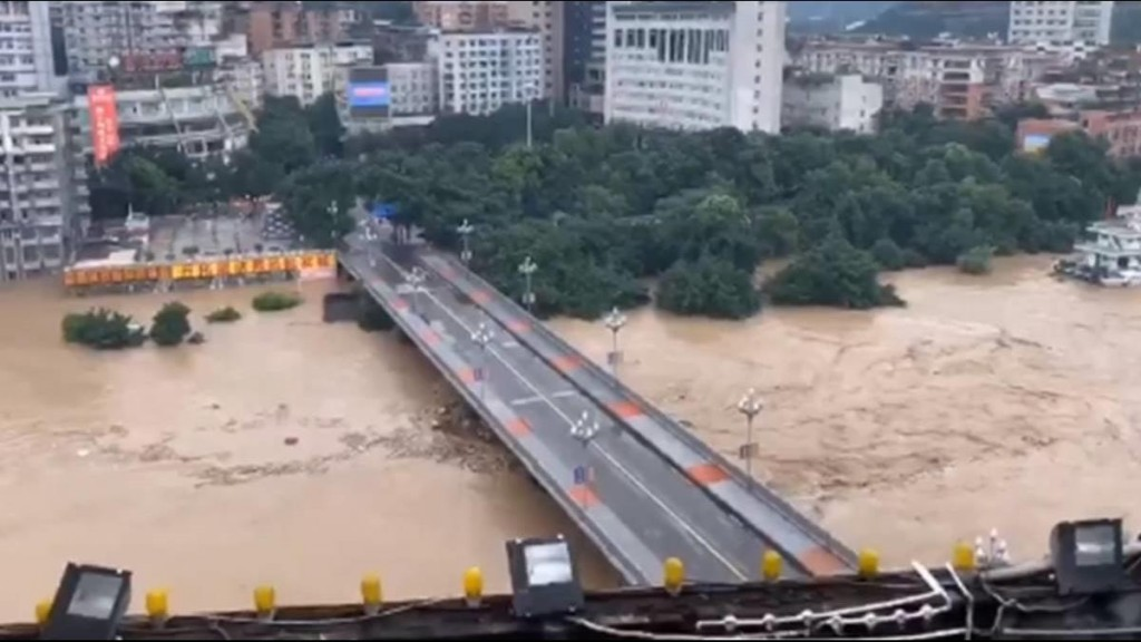 Videos show massive flooding in S. China, Three Gorges Dam next