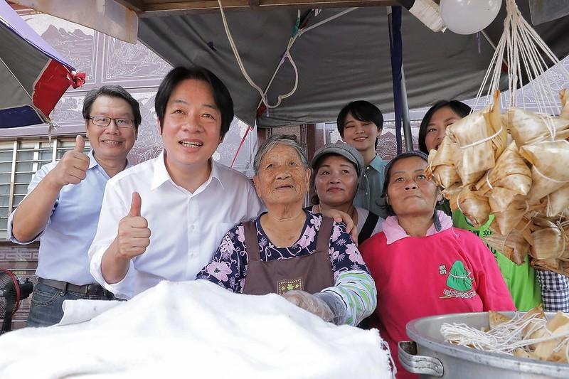 副總統賴清德(前左)與石門林蜂阿嬤(中)(照片來源:總統府提供)