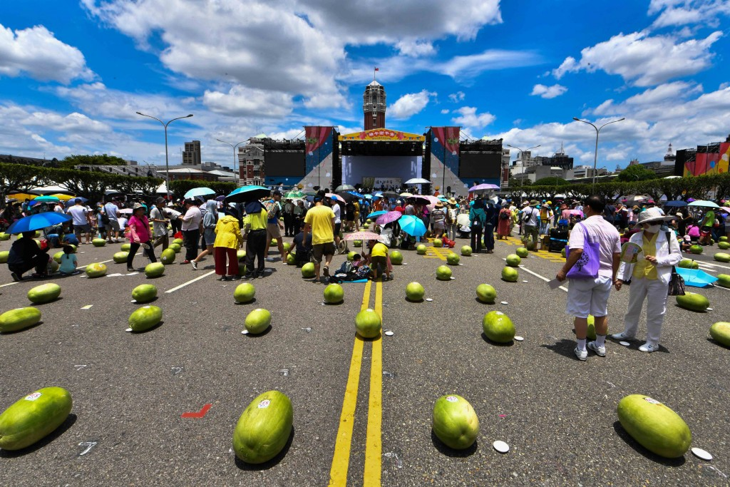 農委會25日中午在總統府前凱達格蘭大道舉辦「立瓜」活動慶祝端午節