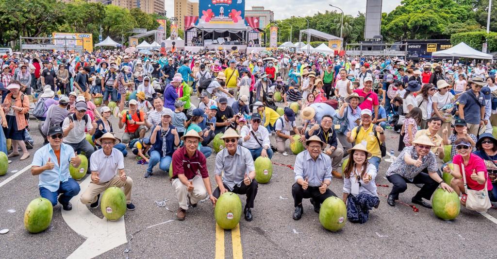端午立蛋不夠看 總統府前今立999顆台灣東部盛產大西瓜