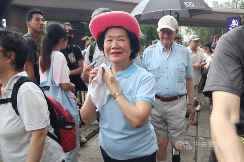 香港泛民精神領袖之一的前政務司司長陳方安生(戴紅帽者)26日突然宣布結束政治生涯;圖為陳方安生先前參加泛民舉辦的遊行。(中央社資料照片)