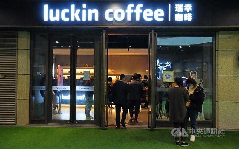 圖為瑞幸咖啡上海門市 (中央社檔案照)