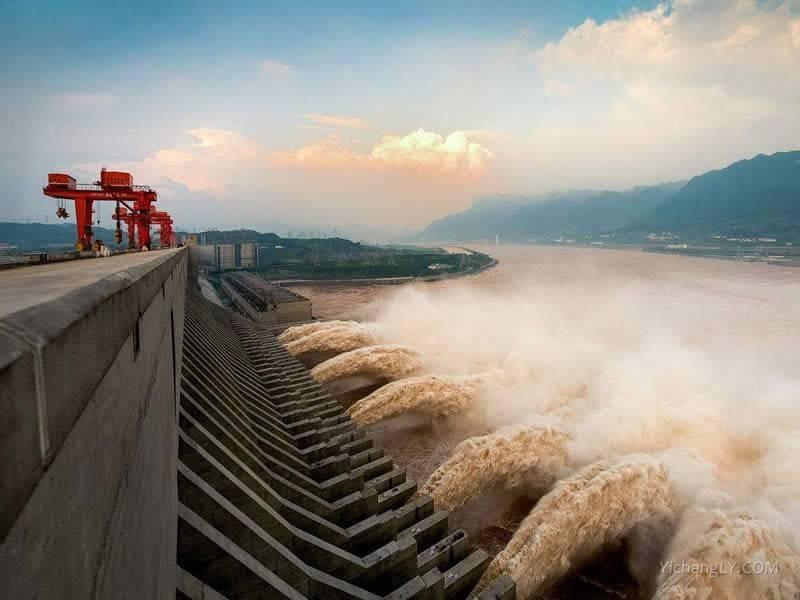Three Gorges Dam opening spillways. (Weibo image)
