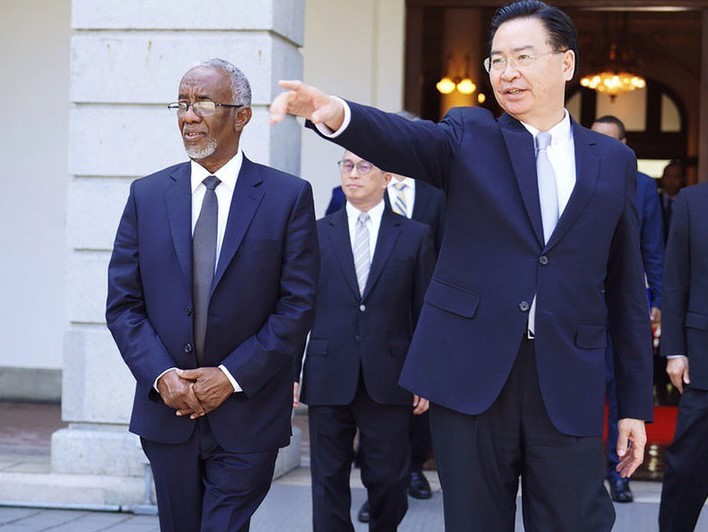 Taiwanese Foreign Minister Joseph Wu (right) and Foreign Minister of Somaliland Yasin Haji Mohamoud (left)