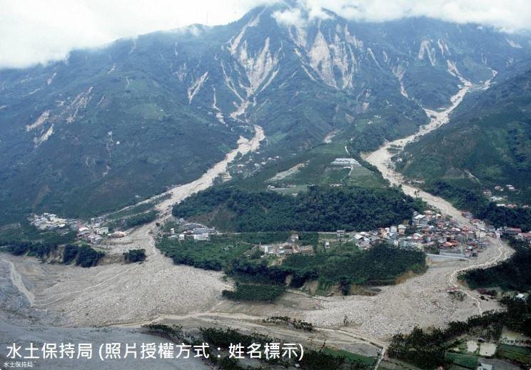 1999年九二一地震造成二部坑(照片左側)、三部坑(照片右側)上游集水區崩塌土石堆積河道。90年桃芝颱風時,大量降雨將上游河道土石轉化為土...