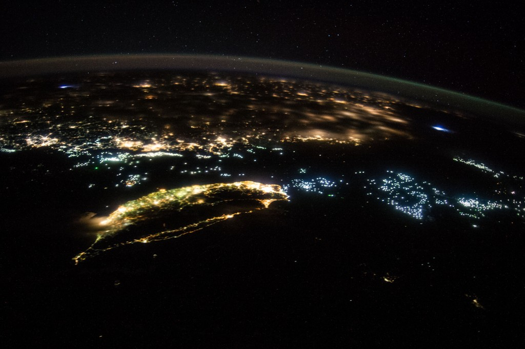 """台灣。(照片來源:<a href=""""https://www.nasa.gov/content/oblique-night-image-of-taiwan-and-china/"""" target=""""_blank"""">NASA</a>)"""