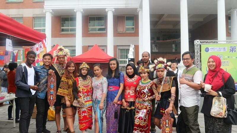 來亞大就讀的國際學生穿著各國傳統服飾,踴躍參加國際嘉年華會,氣氛熱絡(翻攝自亞洲大學網站)