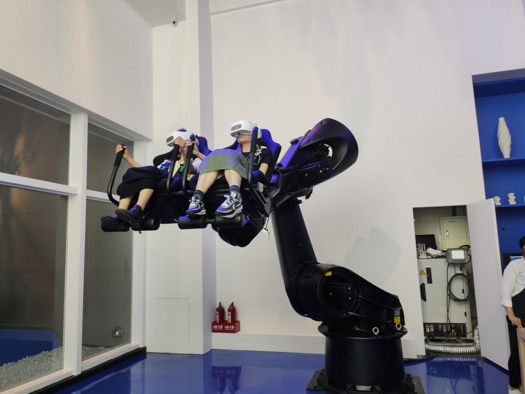 動起來!台灣電力公司打造「城市中的健身房」 VR六軸機器人刺激體驗綠色能源