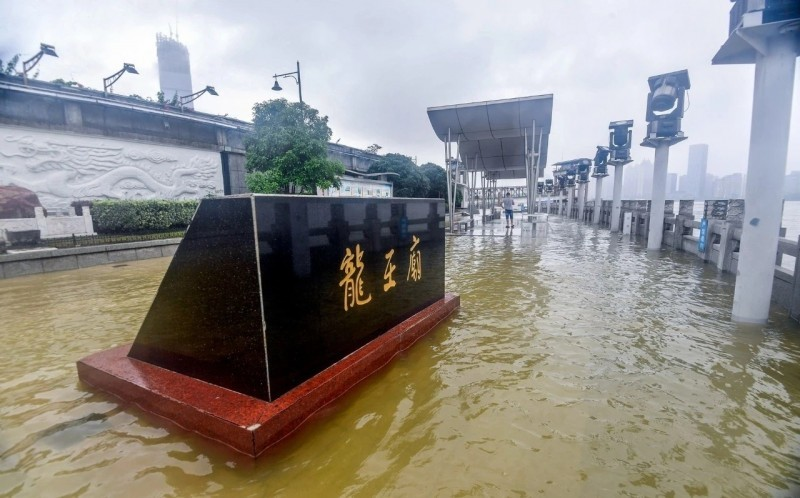 Longwang Temple sightseeing platform flooded. (Weibo photo)