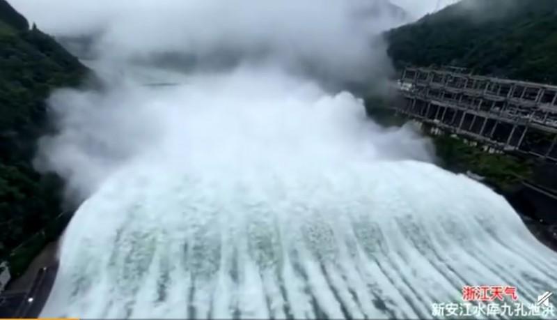 Xin'anjiang dam opening spillways. (Weibo photo)