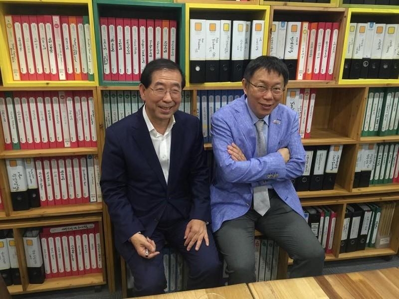 首爾與台北是姊妹市, 柯文哲市長(右) 2015年曾經前往南韓拜會首爾市長朴元淳 (左) (圖/柯文哲臉書)