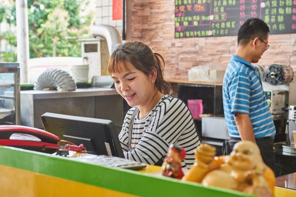 說明:受到移民署築夢計畫的補助,胡氏娥購買了POS系統收銀機與桌上型煎檯,能夠更有效地進行點餐及結帳(翻攝自築夢計畫臉書)