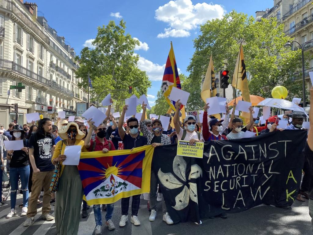 法國數個民間團體11日共同舉辦首場反香港國安法遊行 ,約有400名不同族群、國籍的民眾參與。