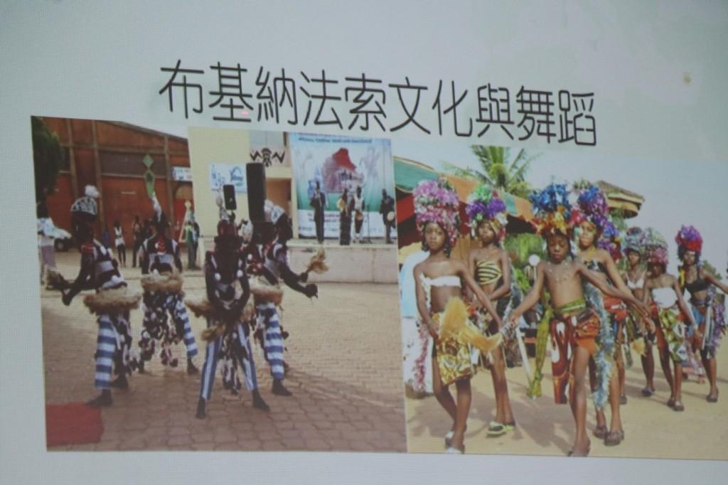 說明:艾家齊分享非洲及家鄉文化給學童,盼拓展學童國際視野。(照片來源:嘉義市政府)