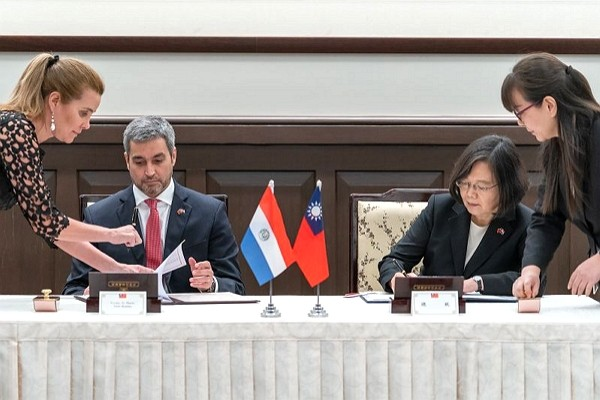 Paraguayan President Mario Abdo Benitez (left) and Taiwan President Tsai Ing-wen (right). (Taiwan Presidential Office photo)