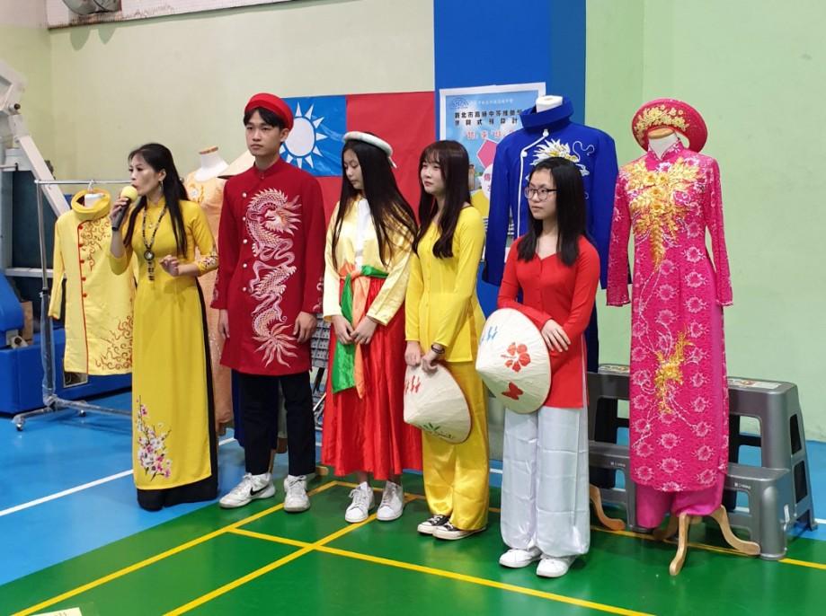 活動中呈現越南傳統服飾,讓參與學生與當地居民了解越南文化內涵。(照片來源:龍華科技大學)